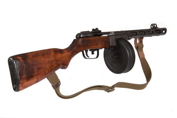 PPSh 41 -konepistooli oli yksi Neuvostoliiton tärkeimmistä aseista toisen maailmansodan aikana ja tuttu esimerkiksi venäläisistä sotaelokuvista. Venäläinen kuvituskuva.