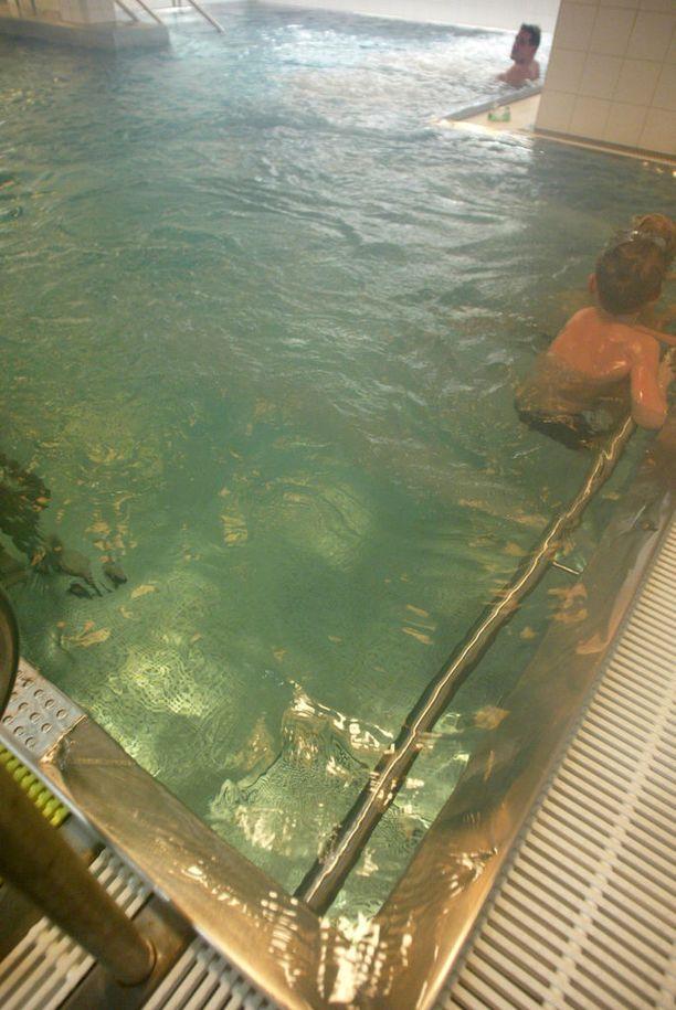 Vuonna 2002 pienen pojan käsi jäi Myyrmäen uimahallin lastenaltaan reunakaiteen ja kaakeleiden väliin. Nyt kaiteen taakse jumiutui pienen lapsen jalka. Iltalehti kävi kuvaamassa kiipelipaikan vuonna 2002.