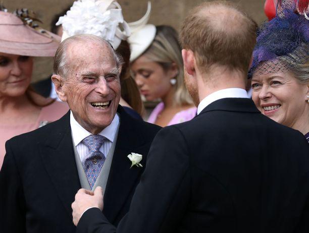 Prinssi Philip ja prinssi Harry juttelivat nauraen Pyhän Yrjön kappelin rappusilla.