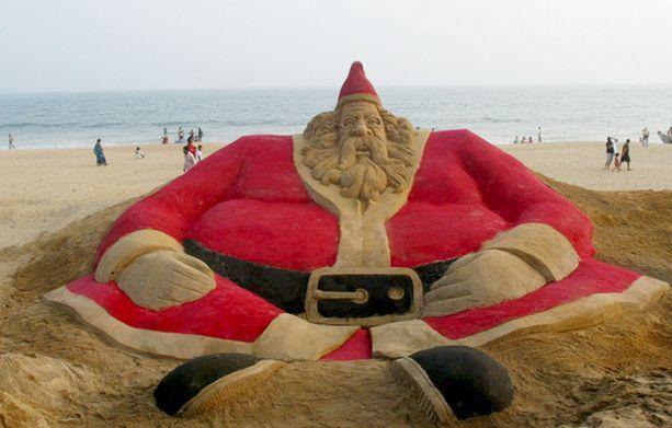 Intialaisopiskelijat kyhäsivät lähes kahdeksanmetrisen hiekkapukin koristamaan turistien kansoittamaa rantaa Bhubaneswarissa Intiassa.