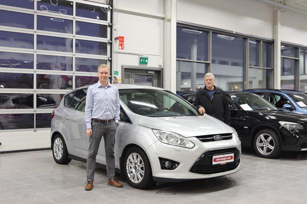 Rinta-Joupin Autoliikkeen Turun toimipisteen vaihtoautomyyjä Miro Simonen ja asiakas Matti Lamberg suosittelevat molemmat Rinta-Jouppi Turvaa vaihtoauton ostajille.