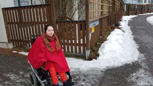 Auniester Eerola haluaa ilman riitaa saada kyydin oven eteen pyörätuolin ja cp-vammansa takia. Myös talossa asuva sisar ja aviomies tarvitsevat kyytejä lähes päivittäin.