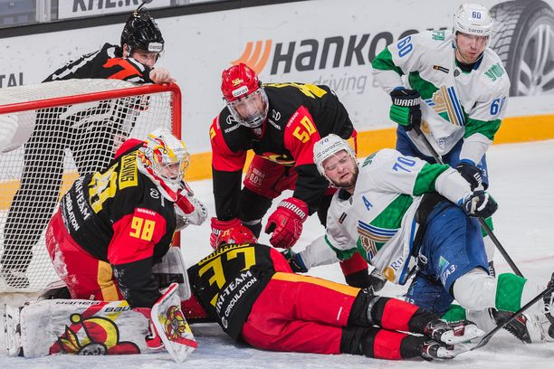 Jokerit onnistui puolustamaan Salavat Julajev Ufan vaaralliset hyökkääjät Teemu Hartikaisen, Markus Granlundin ja Sakari Mannisen tehottomiksi.