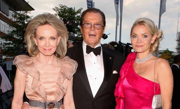 Vuonna 2010 Moore edusti Kristina-vaimonsa (vas.) ja tytärpuolensa Christinan kanssa.