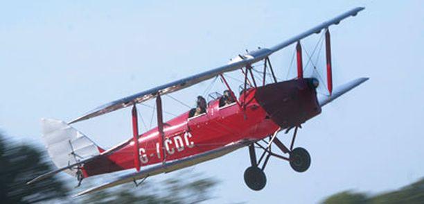 Maailman ensimmäinen kansainvälinen reittilento lennettiin tällaisella konemallilla. Lentämässä Stratton Richey.
