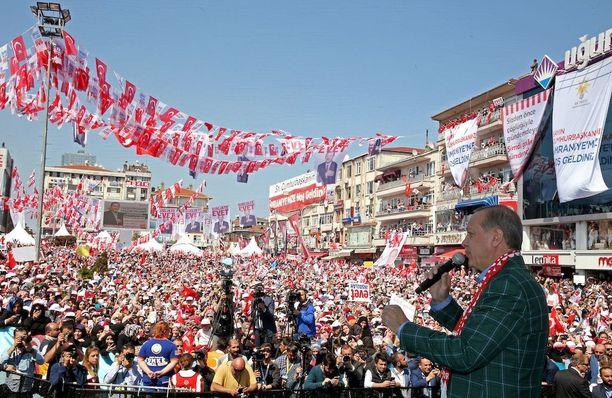 Turkin presidentti Recep Tayyip Erdogan puhumassa kannattajilleen Istanbulissa lauantaina.
