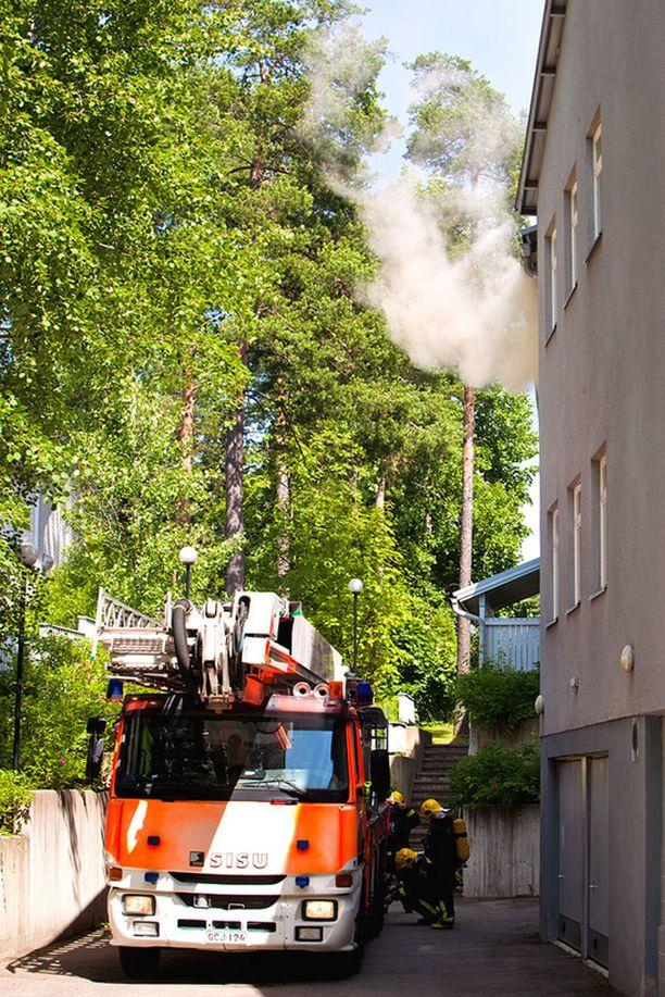 Palokunta pääsi nopeasti paikalle ja sai rajattua palon huoneiston saunaan.