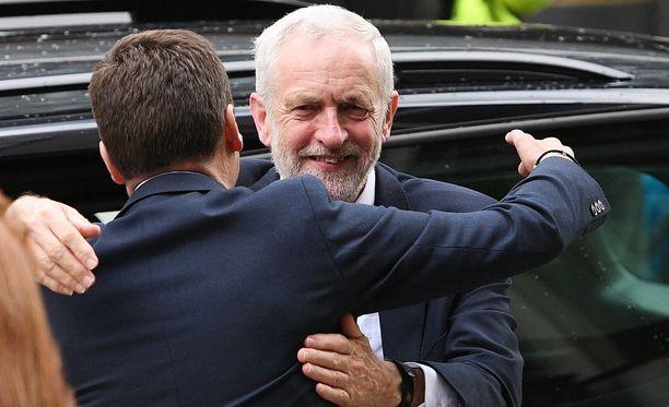 Jeremy Corbyn saapui iloisena työväenpuolueen keskustoimistoon.