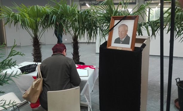 Kaupungin asukkaita on käynyt kirjoittamassa osanottonsa muistokirjaan kaupungintalolla.