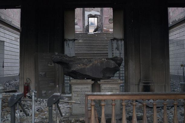 Noin 5,3-tonninen meteoriitti oli yksi harvoista kokoelmiin kuuluneista esineistä, jotka selvisivät liekeistä. Palomiehet saivat pelastettua museosta kourallisen tavaraa.