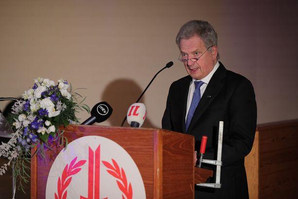Tasavallan presidentti Sauli Niinistön kanssa huomiosta puheen aikana kilpaili myös ruuvipuristin.