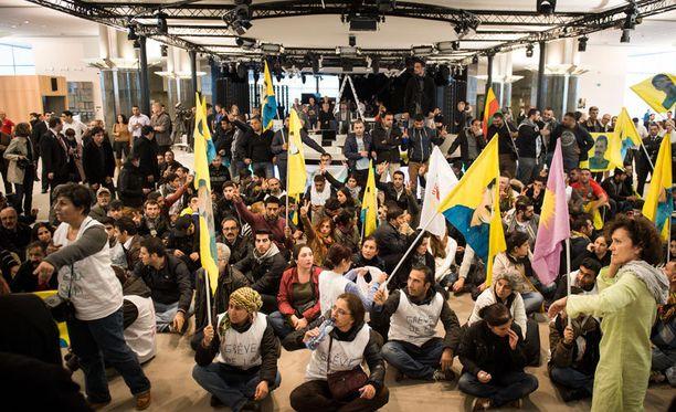 Kurdit osoittivat mieltään tiistaina EU-parlamentissa Brysselissä.