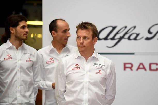 Alfa Romeo Racingin kolmikko. Etualalla olevan Kimi Räikkösen takana kisakuljettaja Antonio Giovinazzi (vas.) ja testikuljettaja Robert Kubica.