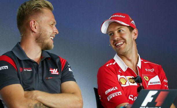 Nauru irtosi Sebastian Vetteliltä (oik.) FIA:n lehdistötilaisuudessa.