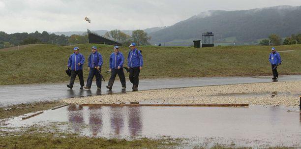 Sateet myllersivät Ryder Cup-tantereen lohduttomaksi lätäkkömereksi.