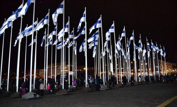 Suomen satavuotisjuhlien kunniaksi itsenäisyyspäivän liputus alkoi jo tiistaina kello 18 ja liputus päättyy itsenäisyyspäivän iltana kello 22.00.