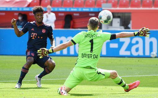 Lukas Hradecky jäi ei-kenenkään-maalle – murskaava Bayern jyrää mestaruuteen