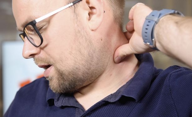 Niskalihaksen käsittely nipistämällä voi tuoda apua satunnaiseen niskajumiin ja pieneen päänsärkyyn.