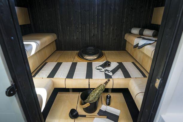 Mustan ja vaalean puun liitto toimii. Saunan porrastuksissa on omanlainen muotoilunsa. Asuntomessukohde 3.