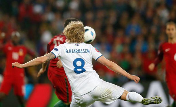 """""""Torju siitä."""" Birkir Bjarnasonin laukaus upposi Portugalin maaliin toisella puoliajalla."""