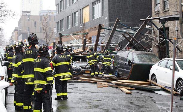 Manhattanilla New Yorkissa tuuli kaatoi rakennustelineitä.
