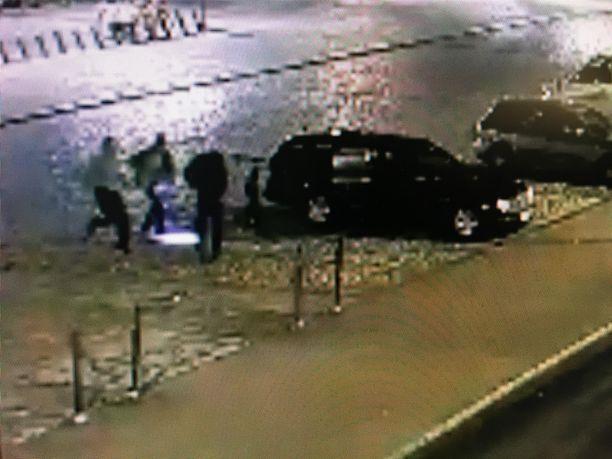 Tilanne ja epäillyt tekijät tallentuivat valvontakameran kuviin lauantain ja sunnuntain välisenä yönä kello 00:34 Turun rautatieaseman parkkipaikalla.