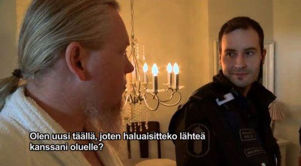 Kohtauksen lopussa asunnossa olut kolmas mies pyysi poliiseja oluelle, mikä huvitti Jannea ja Mikkoa.