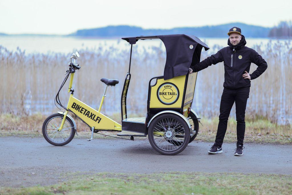 Isoisää, matkailukeisari Kalevi Keihästä ja pojanpoikaa Miika Keihästä yhdistää ennakkoluulottomuus. Ensi kesänä kuopiolaisen Miika Keihäsen Bike Taxi Oy:n keltaisia sähköpolkupyörätakseja voi liikkua jopa seitsemän eri kaupungin kaduilla.