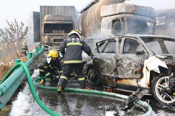 Ketjukolariin joutui yli 30 ajoneuvoa.