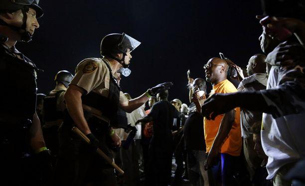 Poliisit ja mielenosoittajat kohtasivat Fergusonissa.