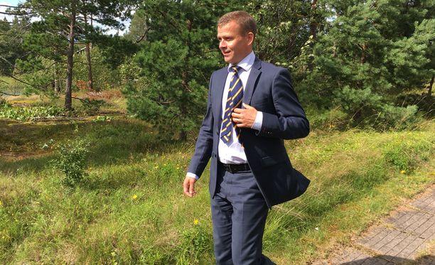Valtiovarainministeri Petteri Orpo valmistelee ensi vuoden budjettiesitystä luonnonrauhassa. Kuva päivän tiedotustilaisuudesta Espoon Moisniemestä.
