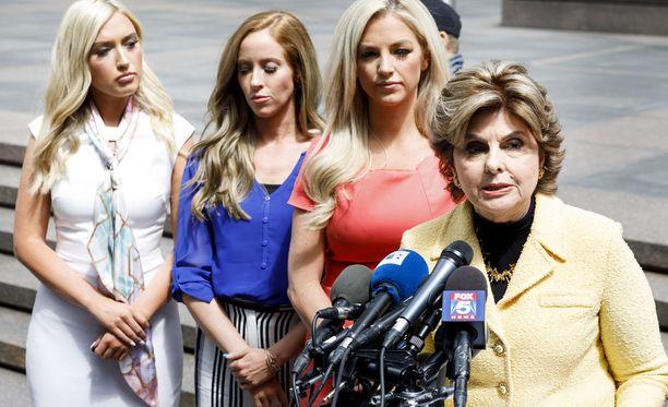 Gloria Allred (oik.) puolustaa cheerleadereiden oikeuksia Houston Texansia vastaan.