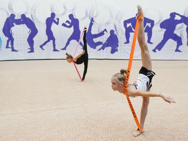 Jopa ala-asteikäisillä lapsilla diagnosoidaan urheiluharrastuksen seurauksena rasitusvammoja. Viime viikkoina esillä on ollut erityisesti voimistelun valmennuskulttuuri. Arkistokuvassa nuoria venäläisvoimistelijoita.