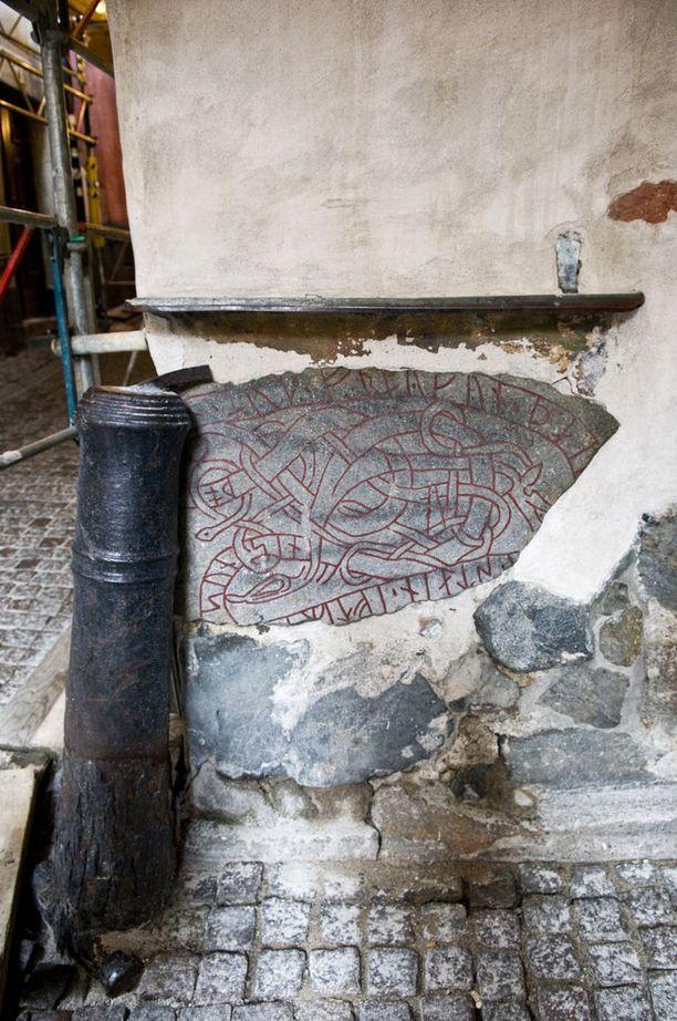 Talon seinään päätynyt riimukivi pystetettiin aikoinaan vainajan muistolle.