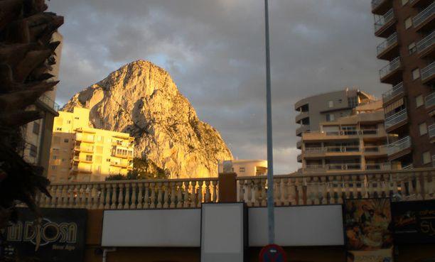 Costa Blancan maamerkkinä pidetään Ifachin yli 300 metriin kohoavaa kallioseinämää, joka sijaitsee Calpessa.