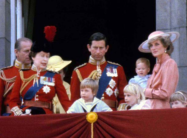Kuvassa kuninkaallinen perhe edustamassa vuonna 1985.