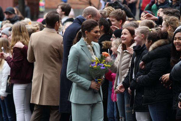 Kruununprinsessa Victoria otti myös aikansa ja jutusteli kiireettömästi lasten kanssa.