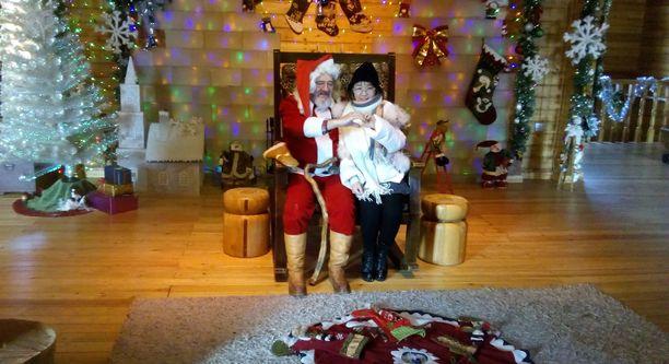 Joulupukin kanssa halusivat poseerata niin lapset kuin aikuisetkin.
