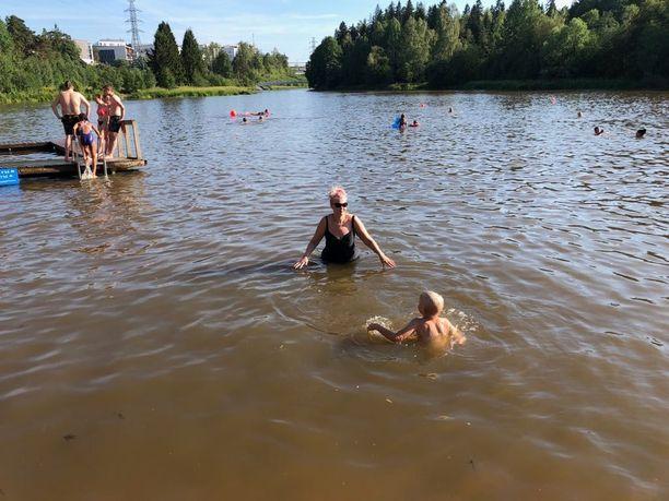 Pikkukosken uimaranta on pieni mutta suosittu Vantaanjoen poukama. Maanantaina ranta oli täynnä väkeä.