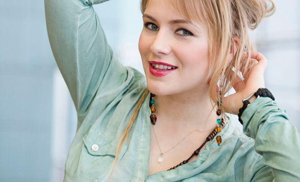 Yona aloitti levytysuransa suomalaisräppäreiden taustalaulajana.