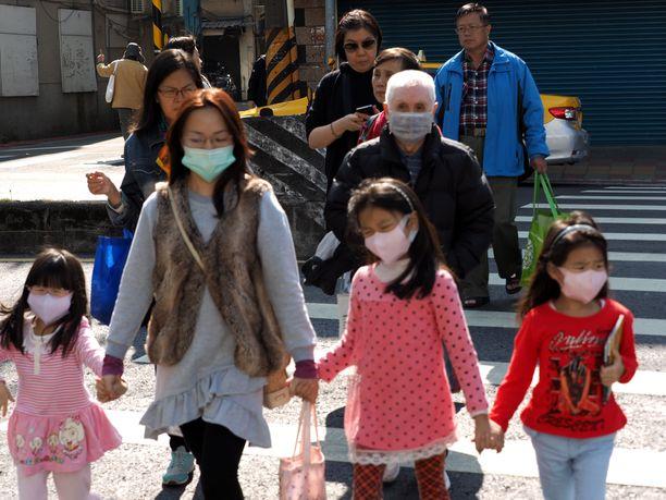 Taiwanilaiset varustautuivat koronavirusta vastaan kasvosuojuksin. Kuvituskuva.