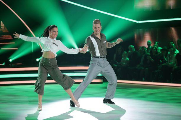 Olli Herman nautti tanssimisesta Katri Mäkisen kanssa.