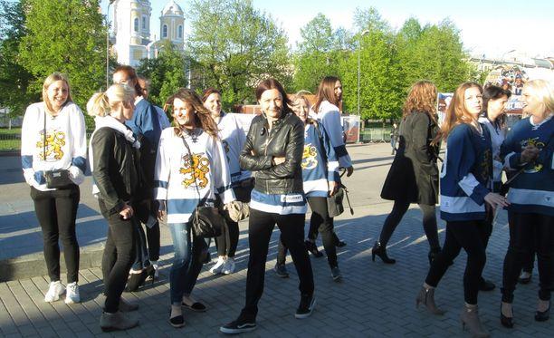 Suomen pelaajien vaimot ja tyttöystävät saapuivat seuraamaan Leijonien ottelua Unkaria vastaan.