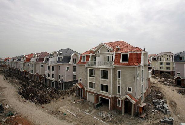 Luodian New Townin taloja rakennusvaiheessa. korkean hintatason vuoksi niihin ei ole tahtonut löytyä asukkaita.