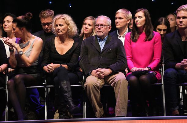 Katsomossa uusien oppilaiden edesottomuksia seurasivat myös edellisillä kausilla tanssiparketilla pyörähdelleet Bettina Sågbom ja Ristomatti Ratia.