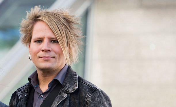Sampsa Astala kehuu Suomen tämän vuoden Euroviisukappaletta Blackbirdiä komeaksi. Häntä arvelluttaa kuitenkin, miten balladilla pärjää Euroviisuissa. Omaksi viime vuosien viisusuosikikseen Astala nimeää Hollantia edustaneen The common Linnetsin Calm After The Storm -kappaleen.