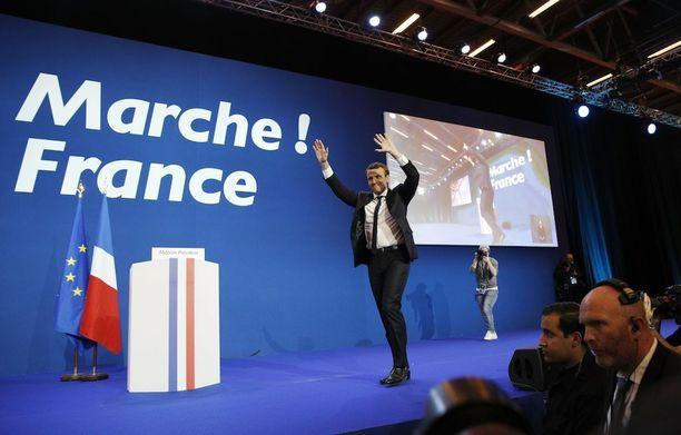 Emmanuel Macron juhlisti voittoa omissa vaalivalvojaisissaan myöhään sunnuntai-iltana.