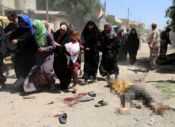 Pakenevat siviilit joutuvat Mosulissa tulituksen kohteeksi. Kuvan mies oli kuollut Isisin kranaatinheitintulessa kadulle vain hetkeä aiemmin.