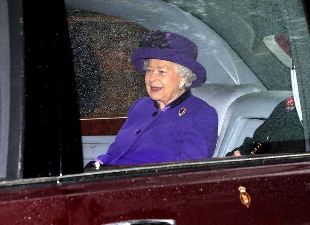 Kuningatar Elisabet ei vaivaudu käyttämään turvavyötä.