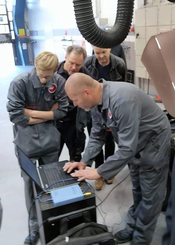 Atoy-Autofit-Akatemian opiskelijat diagnosoivat auton moottoria oskilloskoopin avulla.